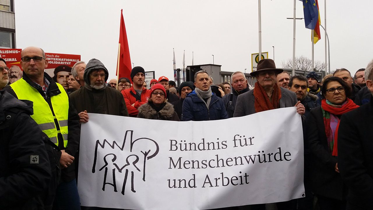 Foto: Demonstranten vor der Firma GRID